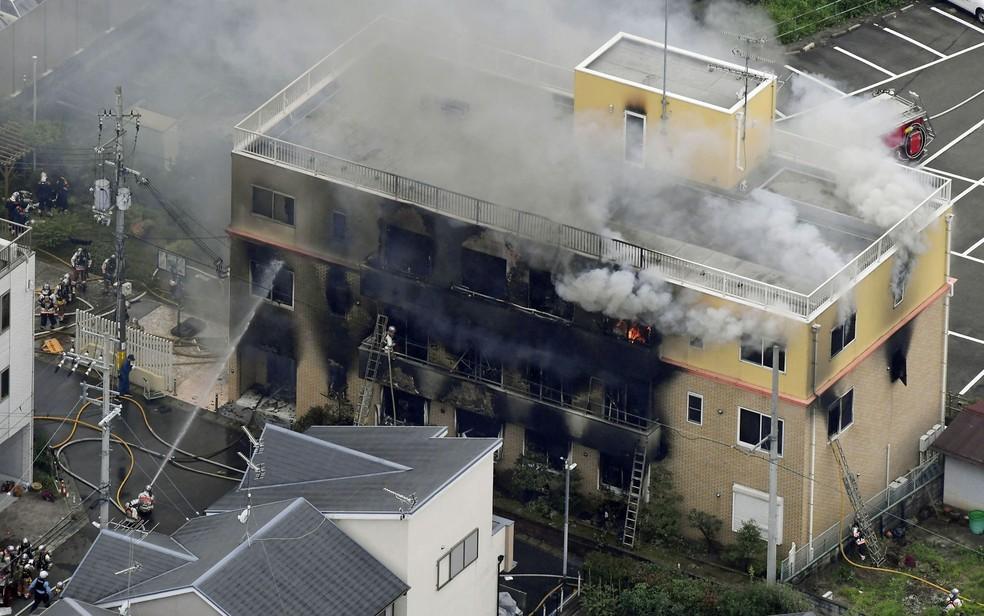 Fogo tomou conta de parte do prédio da Kyoto Animation — Foto: Kyodo via Reuters