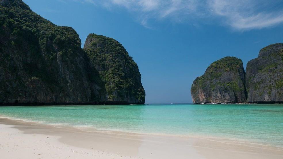 Maya Bay, na Tailândia, foi fechada aos turistas no ano passado para se recuperar dos danos ambientais — Foto: Jonhatan Head/BBC