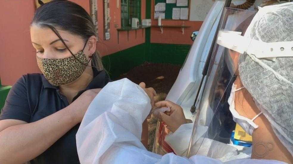 Fabiana recebeu a vacina durante a ida da equipe da prefeitura até a zona rural  — Foto: TV TEM / Reprodução