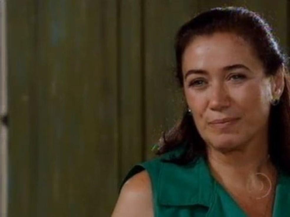 Griselda aceita não contar nada sobre o que viu na casa de Pereirinha em 'Fina Estampa' — Foto: Globo