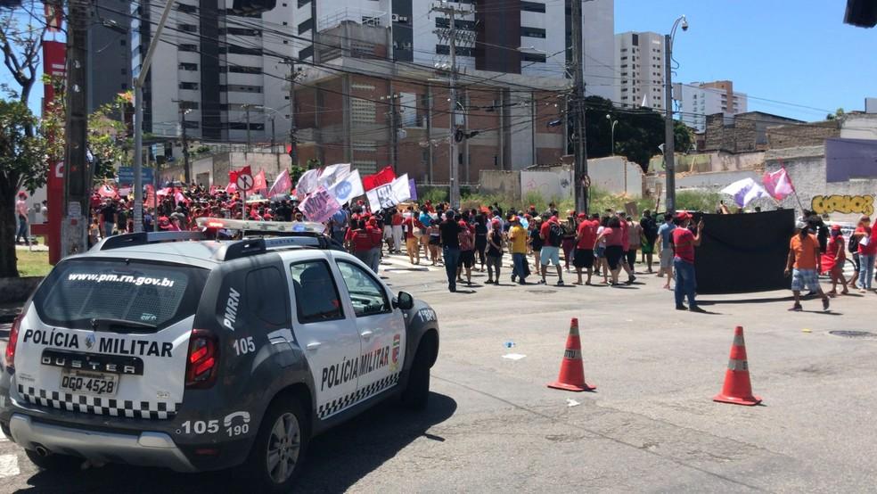 Natal, RN: Polícia Militar acompanha passeata contra o presidente Jair Bolsonaro em Natal — Foto: Geraldo Jerônimo/Inter TV Cabugi