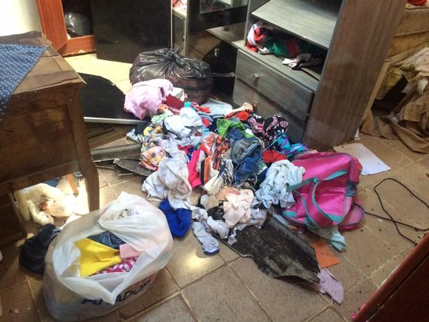 Tremor destruiu armárip de casa no Subúrbio do Rio (Foto: Marcelo Elizardo/G1)