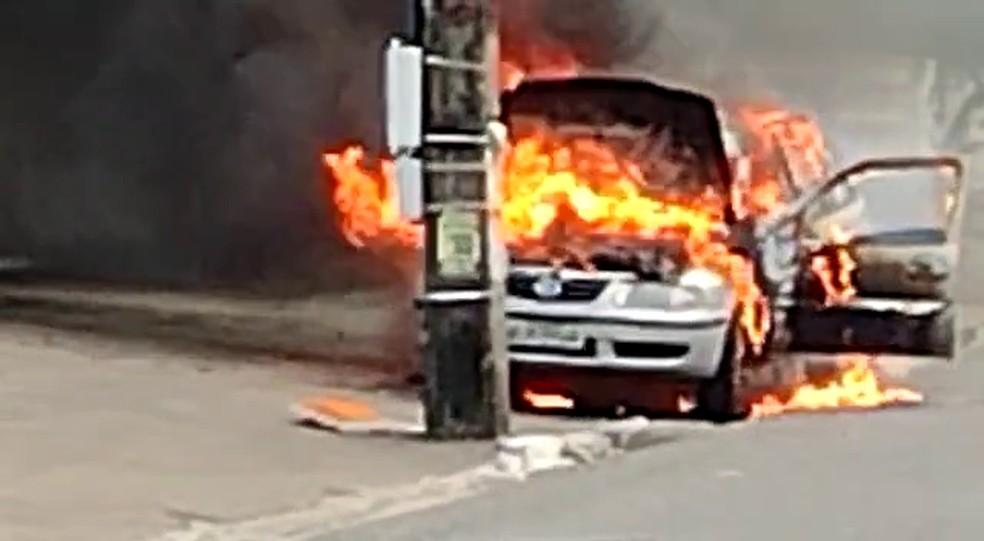 Carro pega fogo na avenida Cruz das Armas, em João Pessoa — Foto: Reprodução/TV Cabo Branco