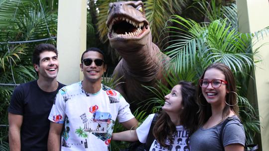 Elenco de 'Malhação' encontra dinossauro em atração do Universal Orlando Resort