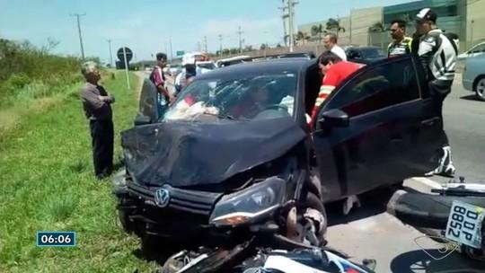 Carro atinge três motos e deixa um ferido em Vila Velha, ES