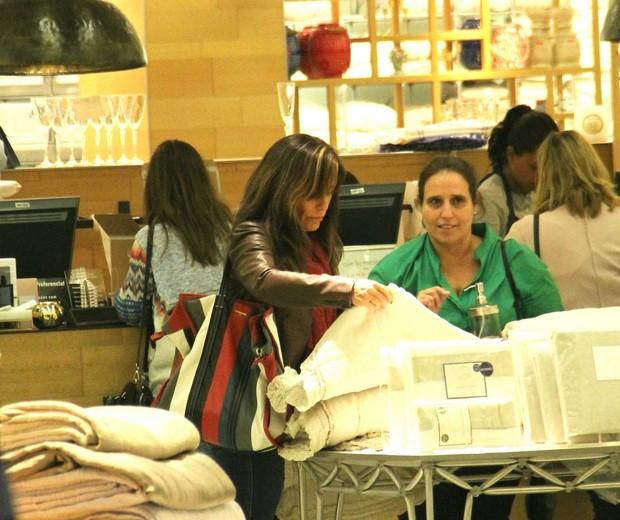 Gloria Pires faz compras no Rio (Foto: J Humberto/Agnews)