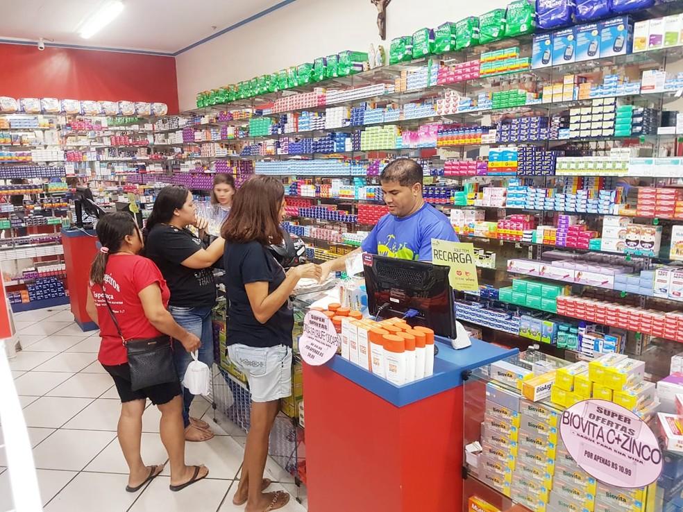Yoanis Infante, médico cubano que ficou no Brasil após saída do Mais Médicos, virou atendente de farmácia em Mossoró, RN — Foto: Cedida