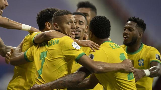 Jogadores da seleção brasileira comemoram gol sobre a Venezuela