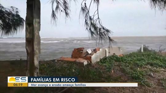 Erosão destrói casas e moradores deixam residências em São Mateus, ES