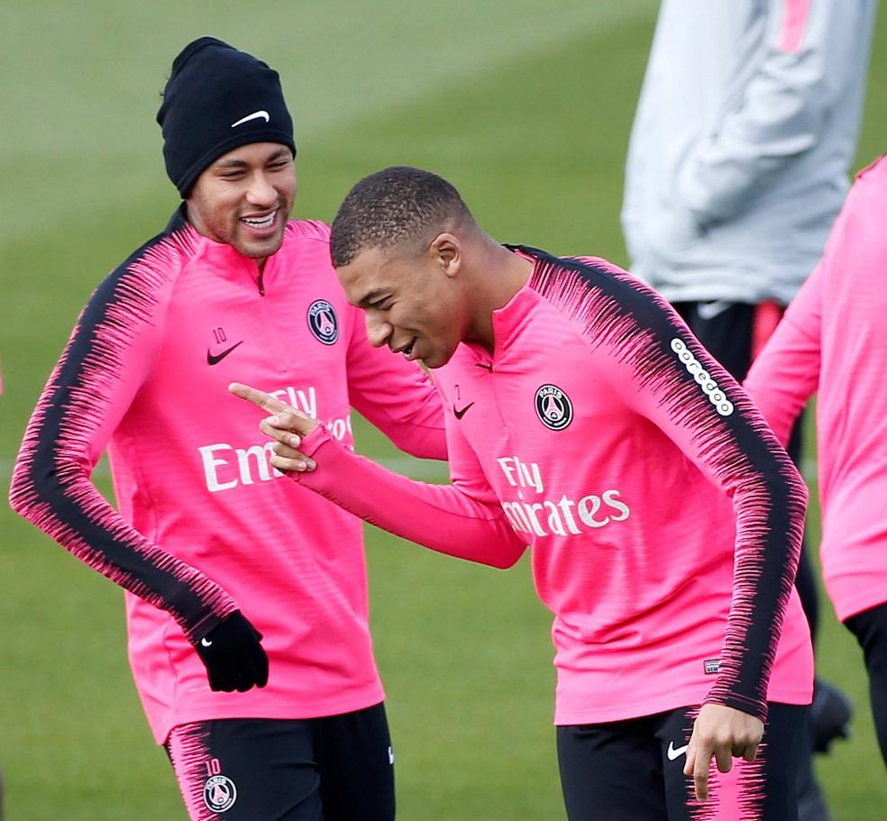 Neymar e Mbappé durante treino do PSG — Foto: Reuters
