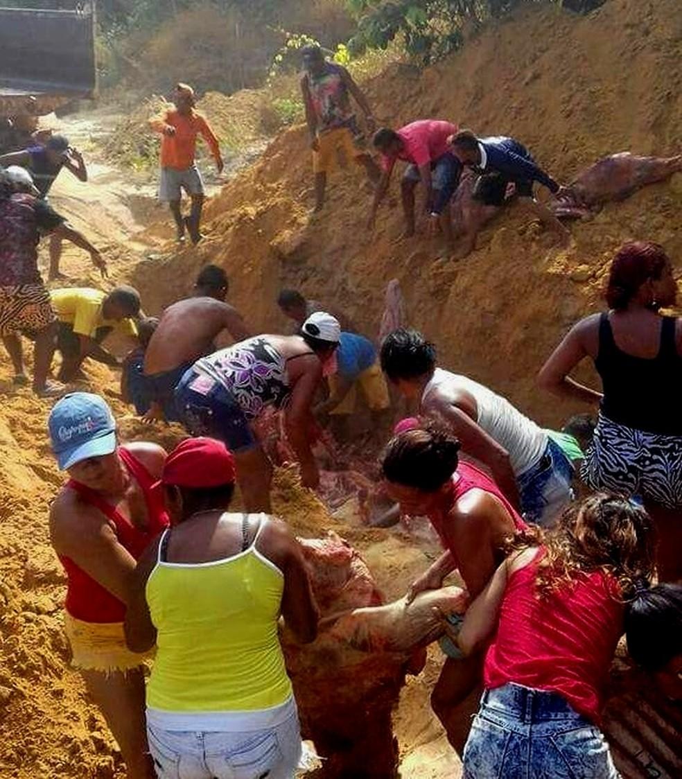 População desenterrou carga de carne bovina estragada em Soure, na ilha do Marajó (Foto: Dário Pedrosa/Arquivo Pessoal)