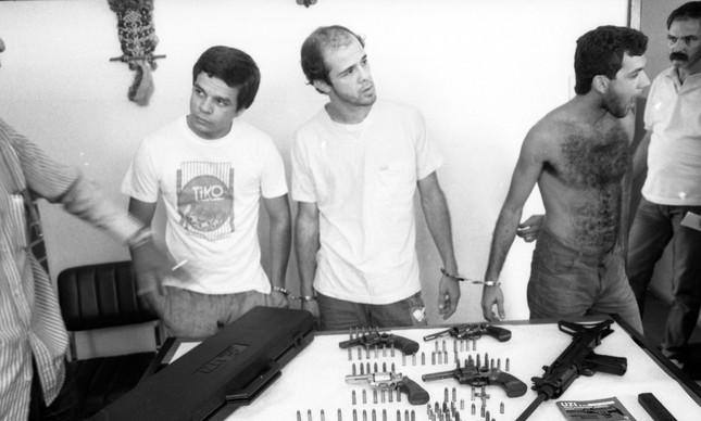 Maurinho Branco (à esquerda) próxima a armas apreendidas com ele, em 1987