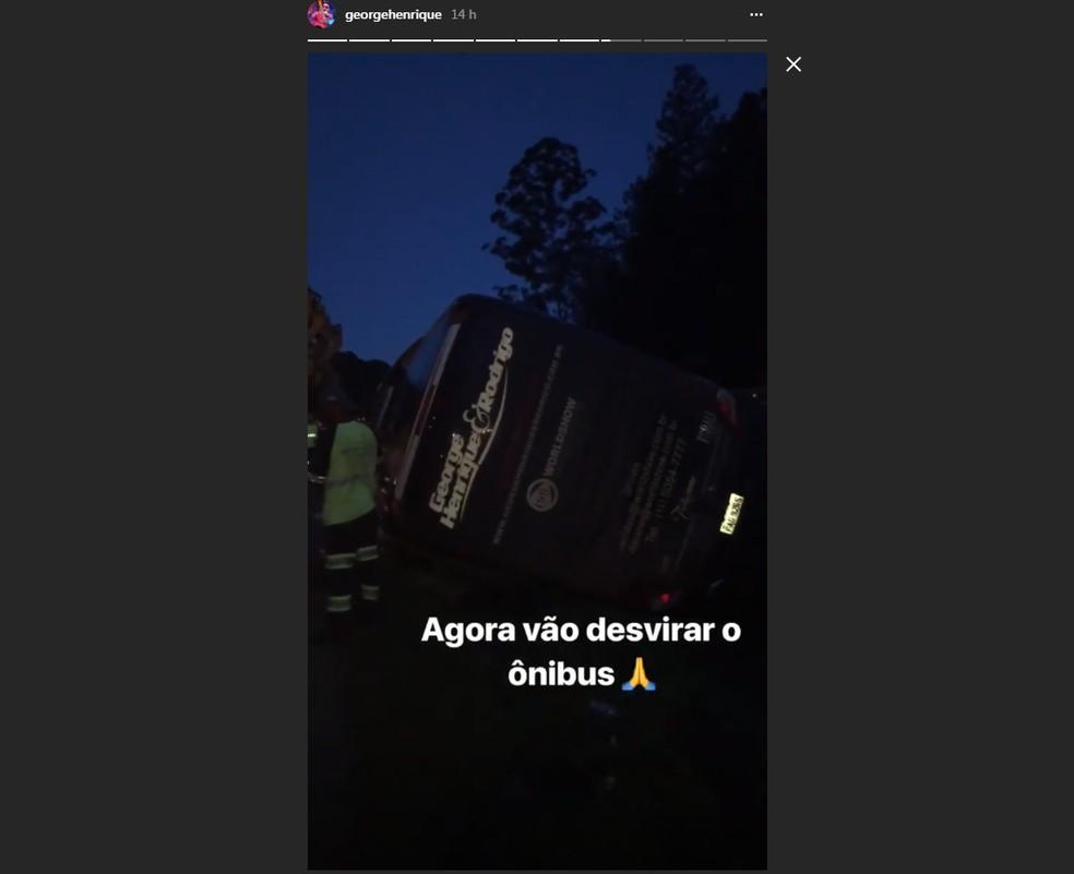 Ônibus da dupla George Henrique e Rodrigo tombado após acidente (Foto: Reprodução/Instagram)