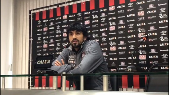 """Lucho aceita cobranças no Atlético-PR e acalma torcida: """"Já saímos de situações ruins"""""""