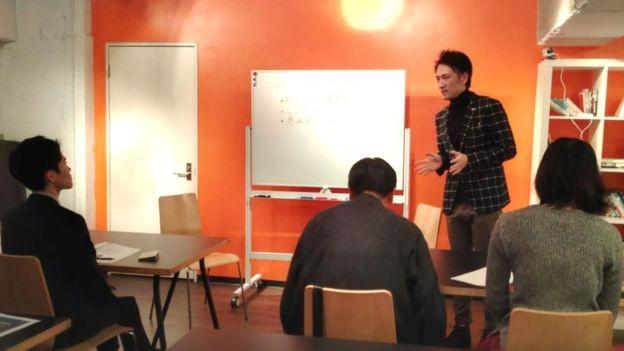Yuichi Ishii instrui funcionários sobre as regras da empresa (Foto: Divulgação)