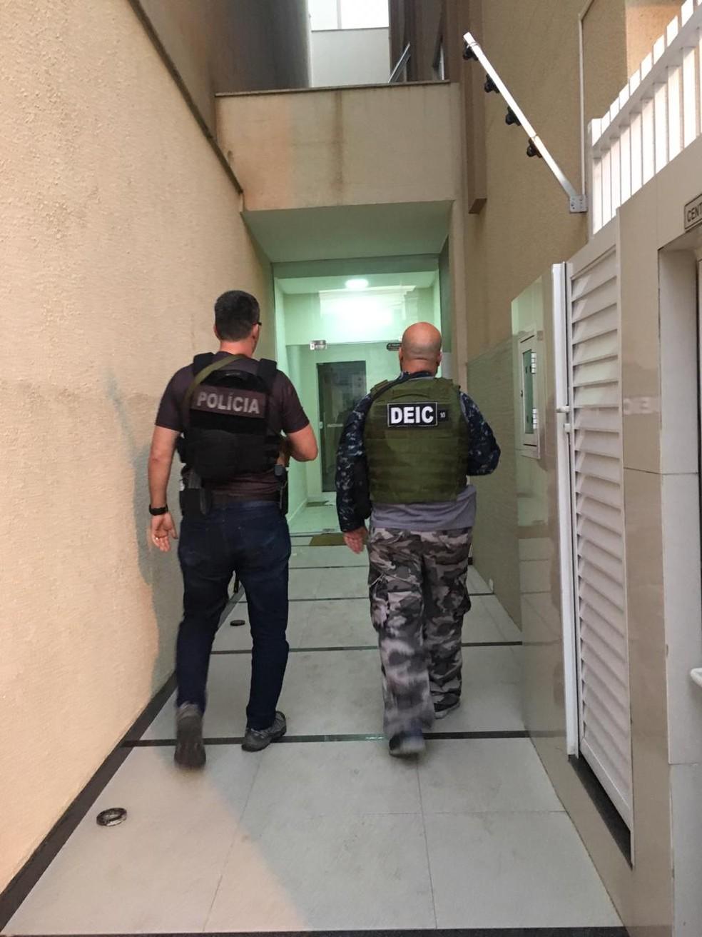 Policiais cumprem mandados judiciais na Operação Argamassa — Foto: Polícia Civil/Divulgação