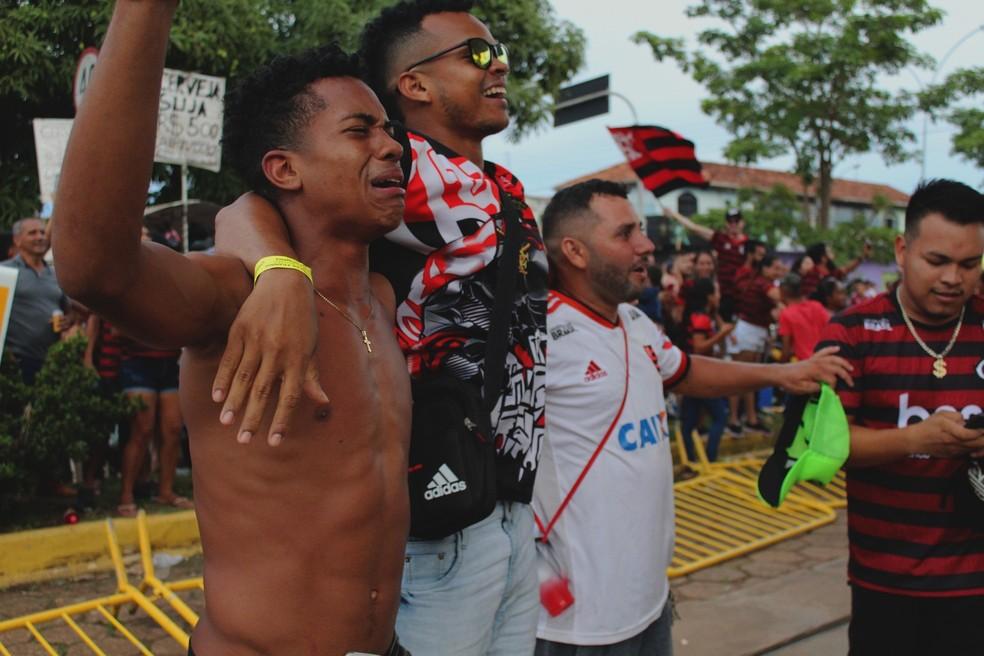 Torcedores emocionados com a conquista do título do Flamengo. — Foto: Thaís Nauara/Globoesporte