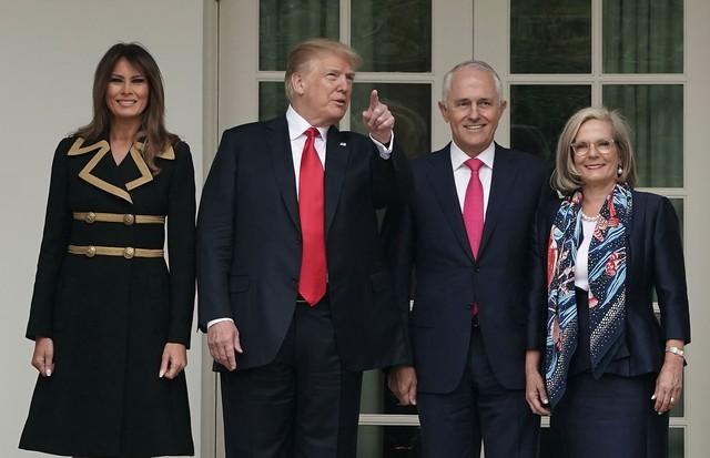 Ao lado do marido, Melania Trump recebe o primeiro-ministro da Austrália e sua esposa (Foto: Getty Images)