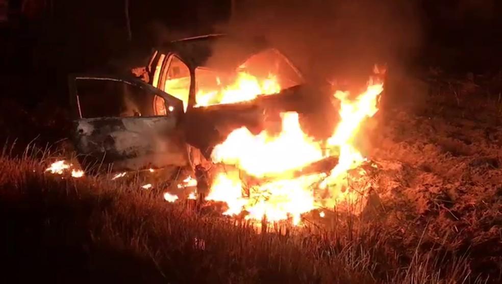 Carro envolvido no acidente com agricultor ficou destruído na PB-008 (Foto: Walter Paparazzo/G1)