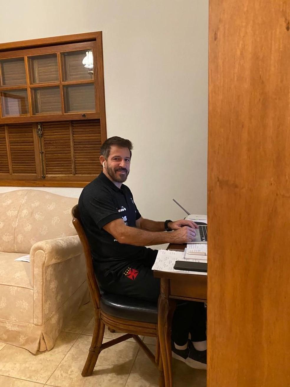 Ramon abre o sorriso enquanto planeja o complemento da temporada do Vasco — Foto: Divulgação