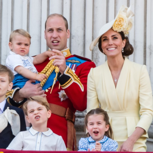 LONDON, ENGLAND - JUNE 08: Prince Louis, Prince George, Prince William, Duke of Cambridge, Princess Charlotte and Catherine, Duchess of Cambridge appear on the balcony during Trooping The Colour, the Queen's annual birthday parade, on June 08, 2019 in Lo (Foto: Samir Hussein/WireImage)