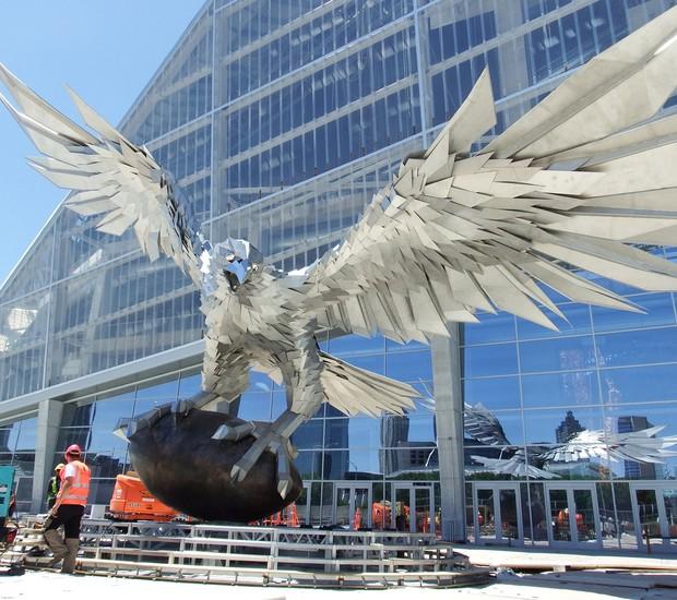 Na entrada, um falcão de 4 metros de altura recebe os visitantes (Foto: Atlanta Magazine/ Reprodução)