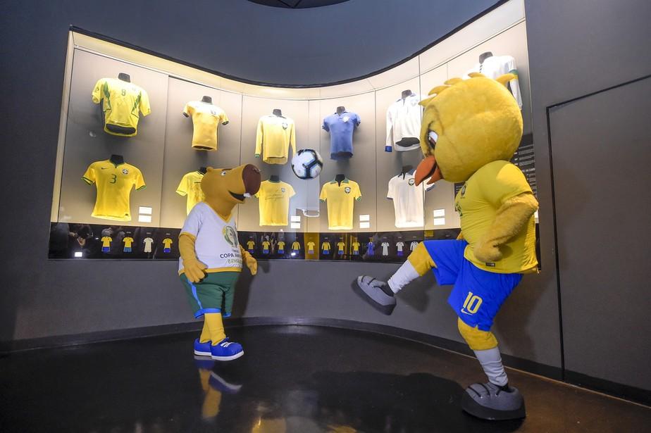 Ao lado do Canarinho, mascote da Copa América visita museu da seleção brasileira