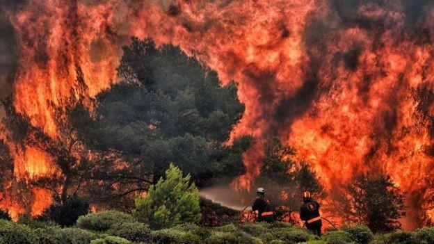 As chamas se propagam devido ao calor, a seca e os ventos (Foto: AFP via BBC)
