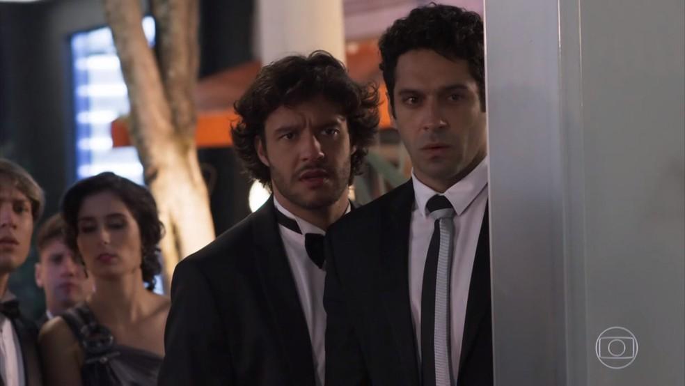 Beto (João Baldasserini) observa Tancinha (Mariana Ximenes) fascinado após a festa de Fedora (Tatá Werneck) - 'Haja Coração' — Foto: Globo