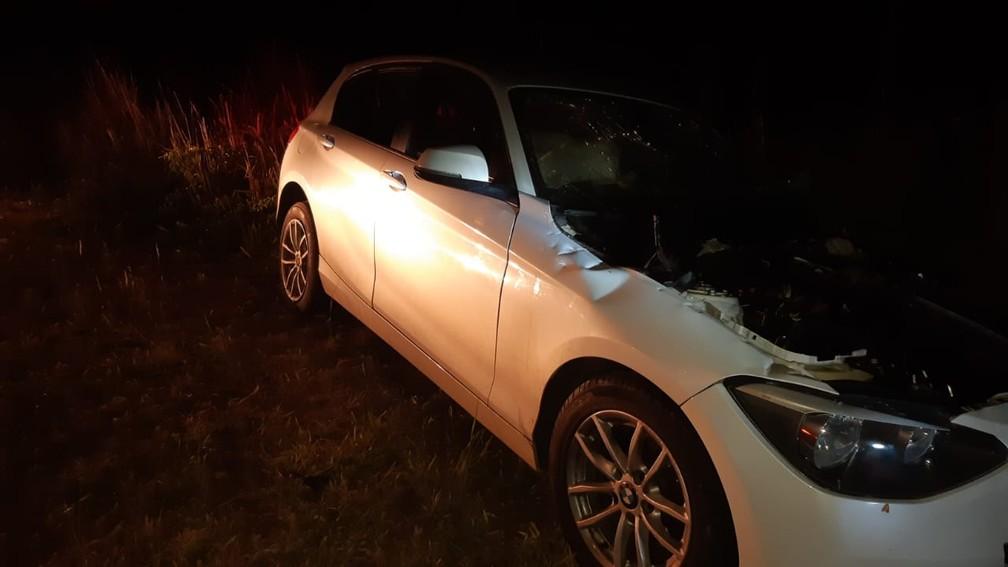 BMW atingiu lateral da carreta em acidente — Foto: Polícia Rodoviária Federal