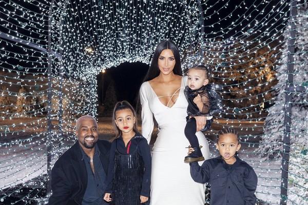 A socialite Kim Kardashian com o marido, Kanye West, e os filhos - incluindo a pequena North de batom - na foto que gerou polêmica nas redes sociais (Foto: Twitter)