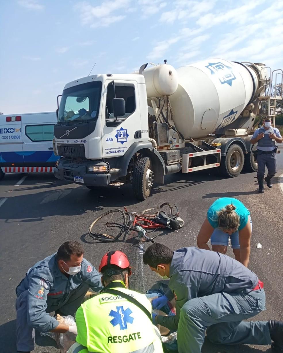 Idoso de 70 anos estava pedalando na mesma direção de um caminhão betoneira em Tupã, mas estava no ponto cego quando foi atingido — Foto: Divulga Tupã/ Divulgação