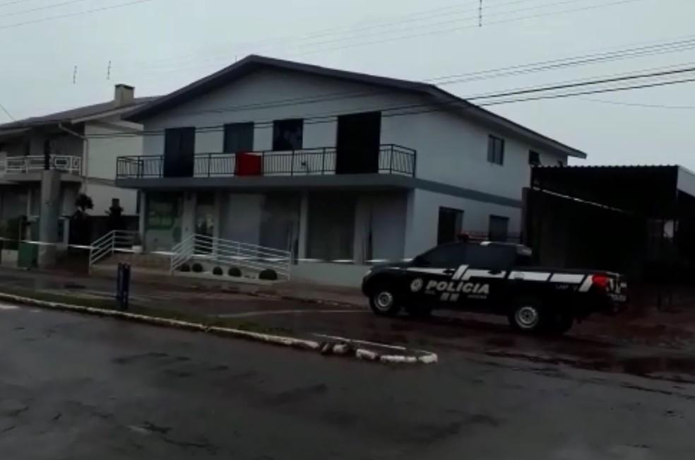 Policias fazem buscas na região. — Foto: Rádio Saldanha Online/Reprodução