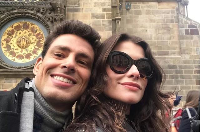 Cauã Reymond e Alinne Moraes (Foto: Reprodução)