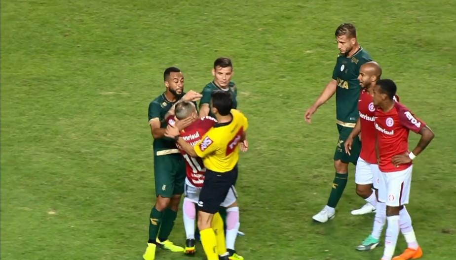 Em súmula, árbitro justifica expulsões de D'Ale e Wesley por troca de palavrões