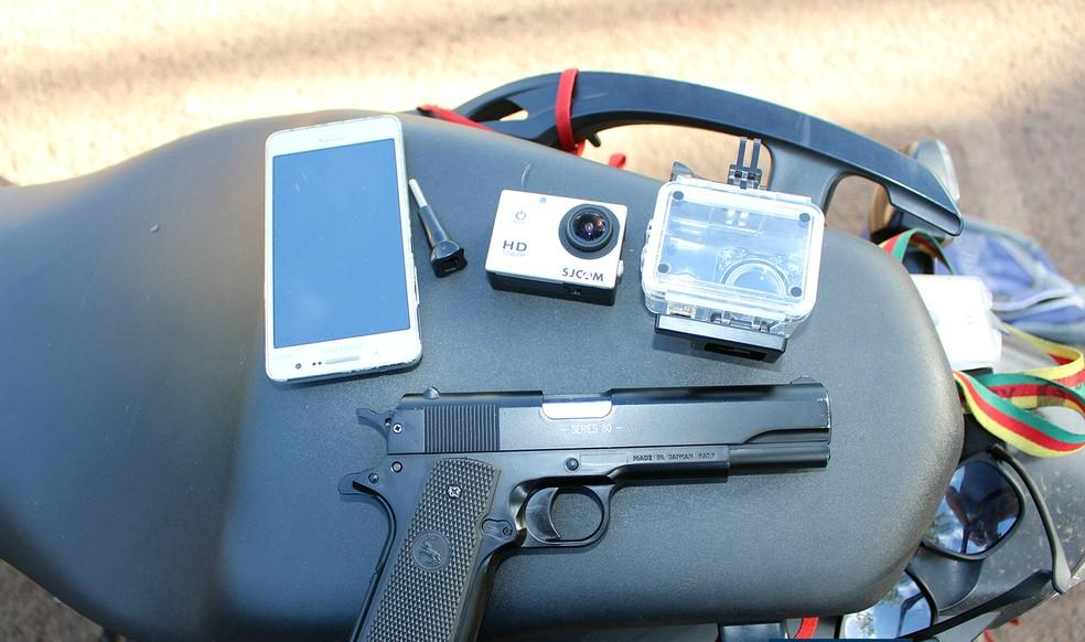 Com os jovens, a PM encontrou uma pistola de brinquedo bem semelhante a uma arma de verdade (Foto: Portal Rolândia 190)