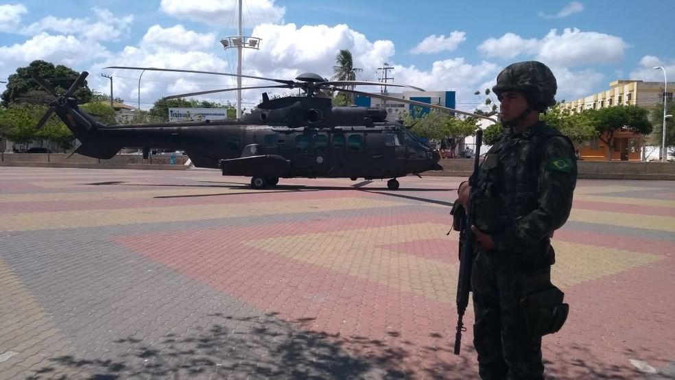 Helicóptero do Exército chegou a Mossoró no meio da manhã desta segunda-feira (1º)  (Foto: Oscar Xavier/Inter TV Cabugi)