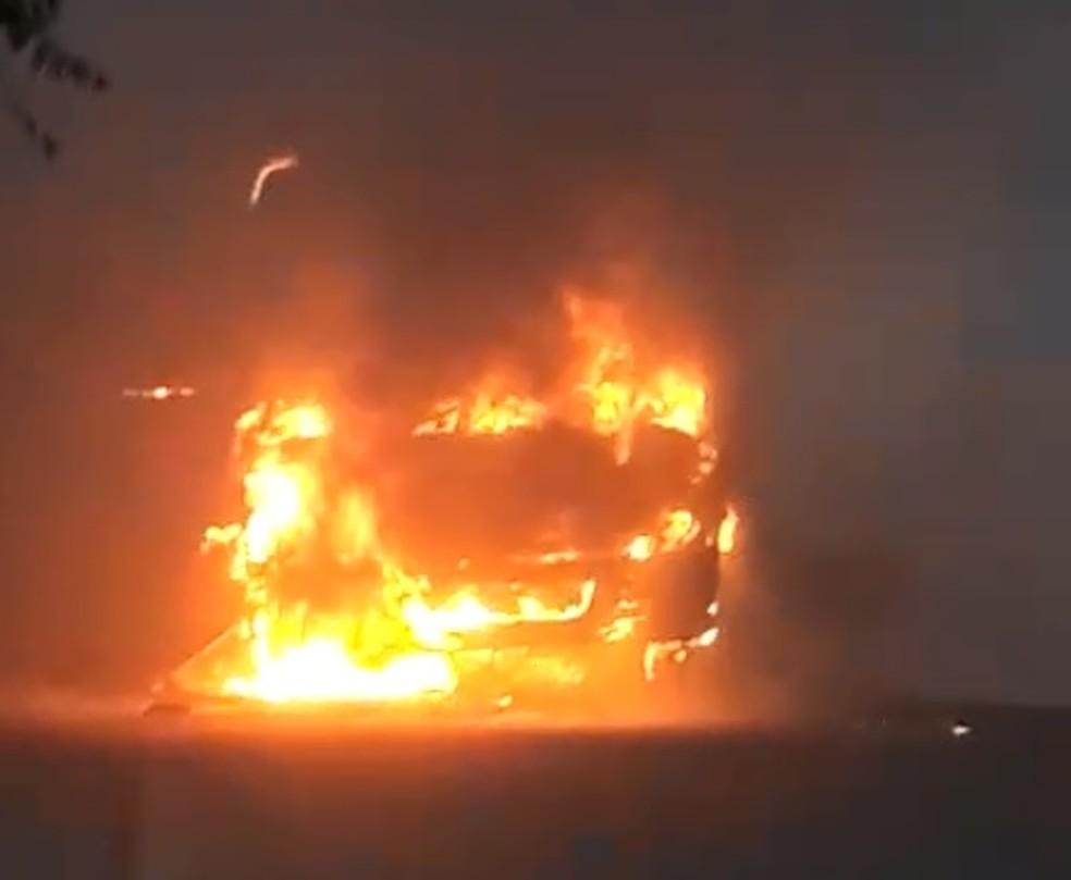 Micro-ônibus foi destruído em meio a onda de ataques que ocorre a quatro dias em Fortaleza (Foto: Reprodução)
