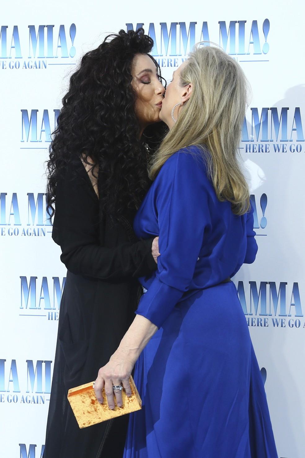 Meryl Streep e Cher dão selinho em evento de divulgação de novo filme 'Mamma mia!' (Foto: Joel C Ryan/Invision/AP)