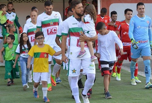 Elenco da Portuguesa entra em campo para partida contra o Audax-SP, na Série D do Campeonato Brasileiro