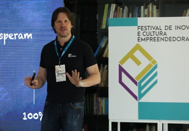 Marcelo Lombardo, fundador da Omie, durante apresentação no FICE 2018 (Foto: Alexandre DiPaula/Época NEGÓCIOS)