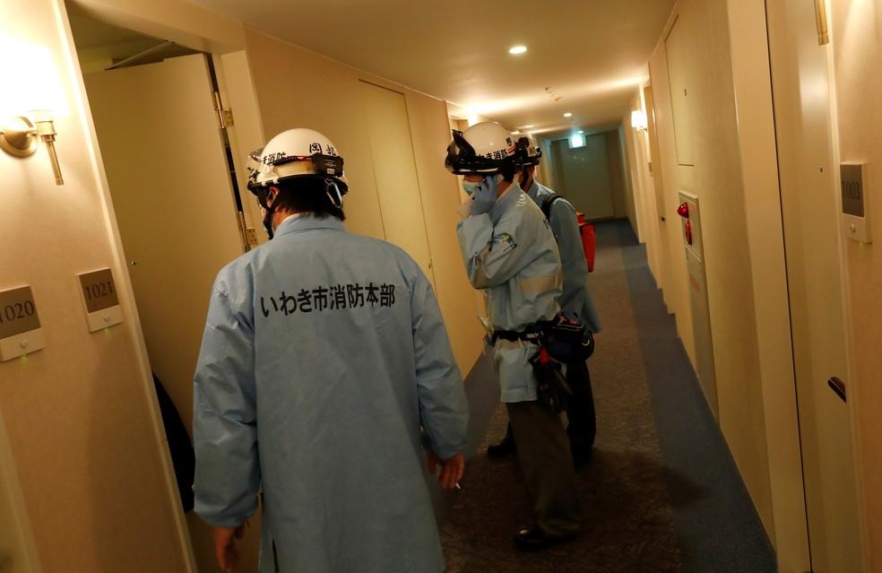 Socorristas trabalham em hotel em Iwaki, na região de Fukushima, após terremoto neste sábado (13) — Foto: Reuters/Issei Kato
