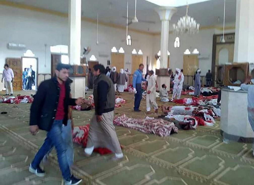 Ataque com bomba e armas de fogo contra mesquita deixou mais de 100 mortos no Sinai, no Egito, nesta sexta-feira (24)  (Foto: AFP)