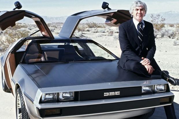 John DeLorean posa ao lado do protótipo do DMC-12 (Foto: Divulgação)