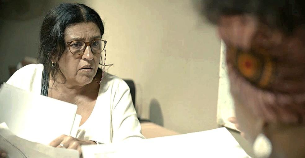 Lurdes (Regina Casé) descobre que Danilo é Domênico — Foto: Globo
