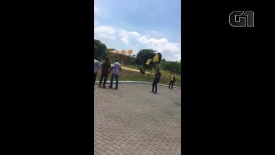 Paraquedista sofre acidente na Vila Militar, na Zona Oeste do Rio; veja vídeo