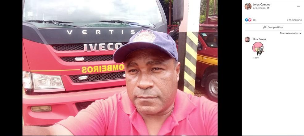 Foto de Jonas Campos em frente ao caminhão do Corpo de Bombeiros de Mairinque (SP) — Foto: Facebook/Reprodução