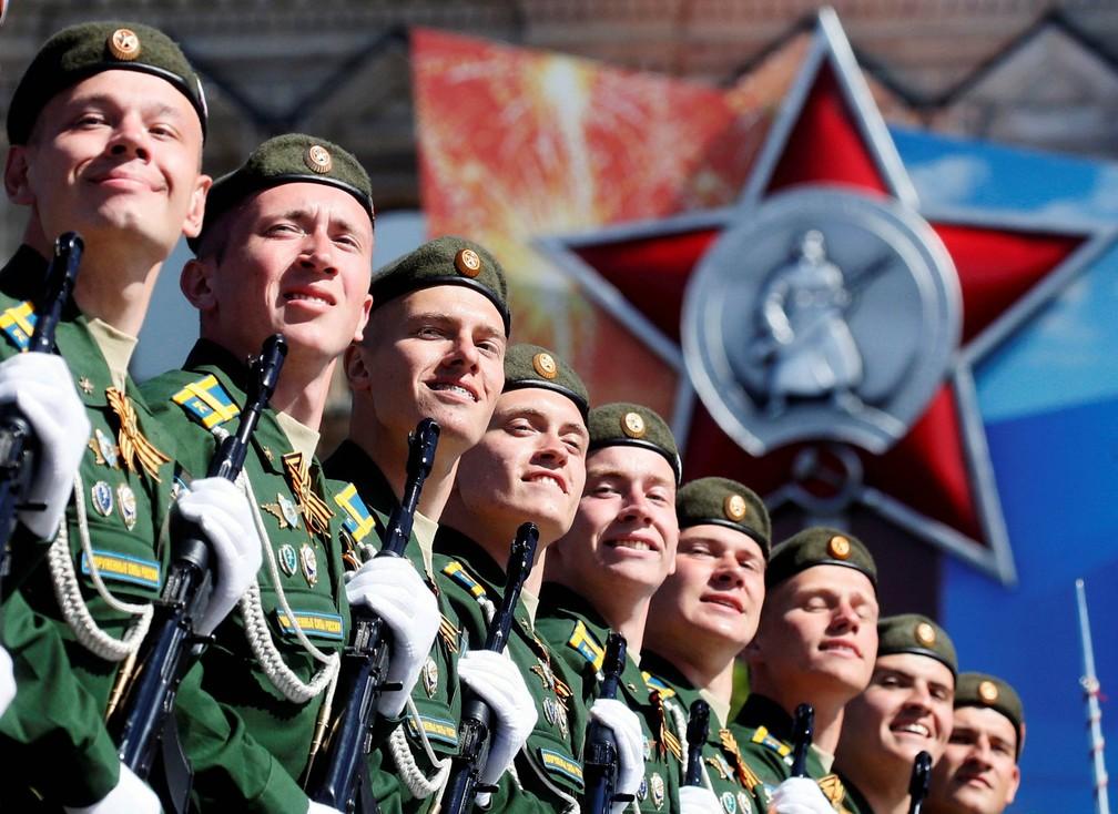 -  Soldados russos marcham no desfile do Dia da Vitória, marcando os 73 anos da vitória soviética sobre a Alemanha nazista na II Guerra Mundial, na Praç