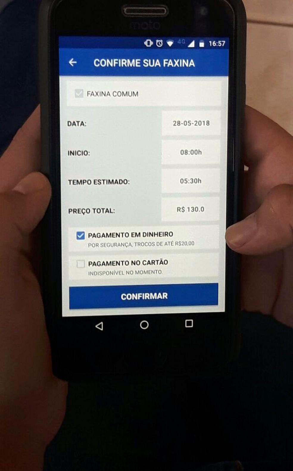 Para o agendamento da faxina, o usuário preencha com campos com dia, horário e cômodos a serem limpados (Foto: Jade Castilho/G1)