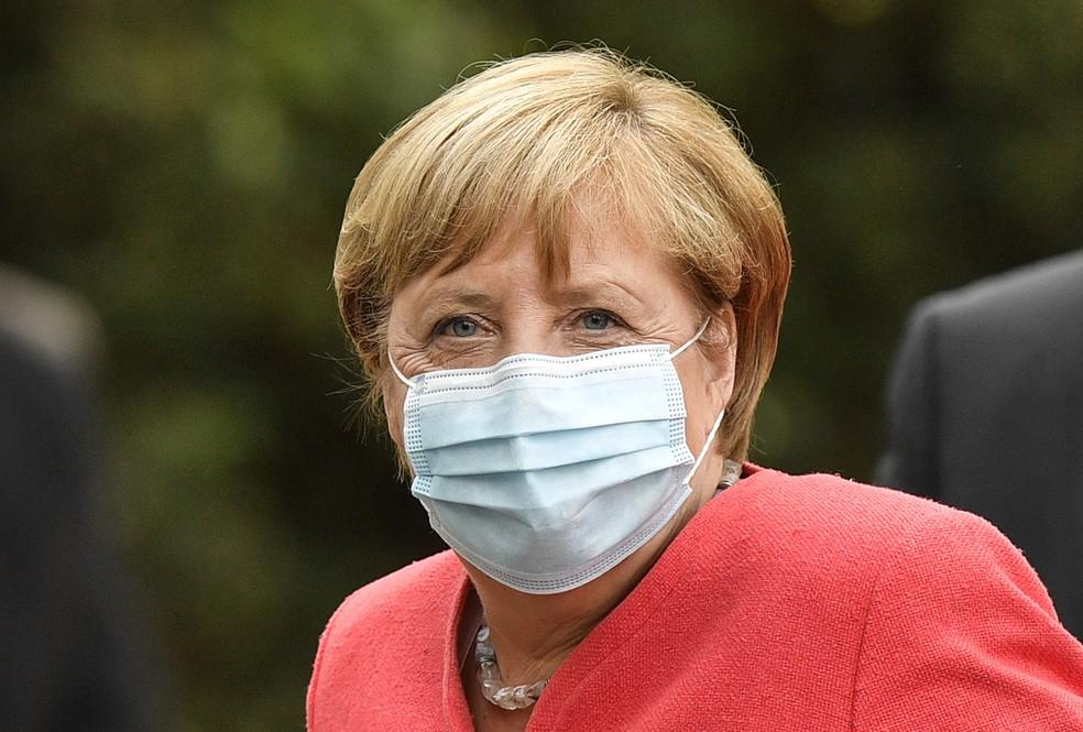 A chanceler alemã Angela Merkel é vista com uma máscara facial durante visita à Renânia do Norte-Vestfália, o estado mais populoso da Alemanha, em Duesseldorf, na terça-feira (18) — Foto: Martin Meissner/AP
